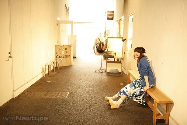 上田麗奈フォトコラム・高架の下に見つけた秘密基地にて
