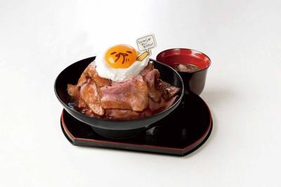 【写真を見る】積み上げられたローストビーフが迫力満点の「マウンテン!ローストビーフ丼(テールスープ付き)」(税抜1390円)