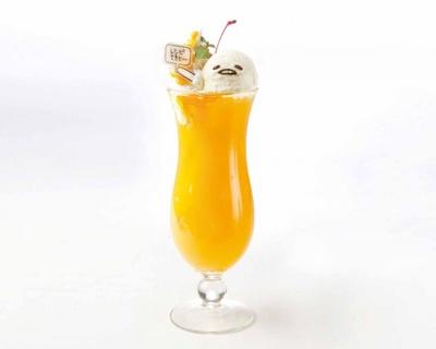 オレンジソーダにかわいい「ぐでたまアイス」を乗せた「ぐでたまアイス付き ぐでオレンジソーダ」(税抜800円)