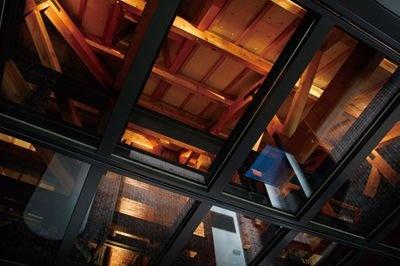 天井の一部は透明になっており、梁など目に見えなかった部分の復元も見ることができる