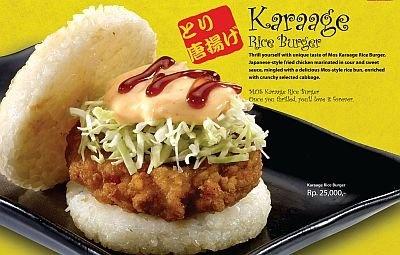 インドネシアの「ライスバーガーから揚げ」。チリソースを使っているところがインドネシアらしい