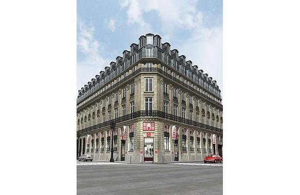 パリ オペラ店では、オープンと同時に「+J」のアイテムも販売がスタートする予定だ