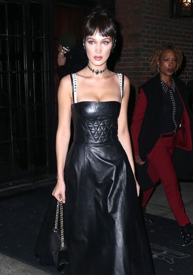 ベラは黒のレザードレスもばっちり着こなしていた