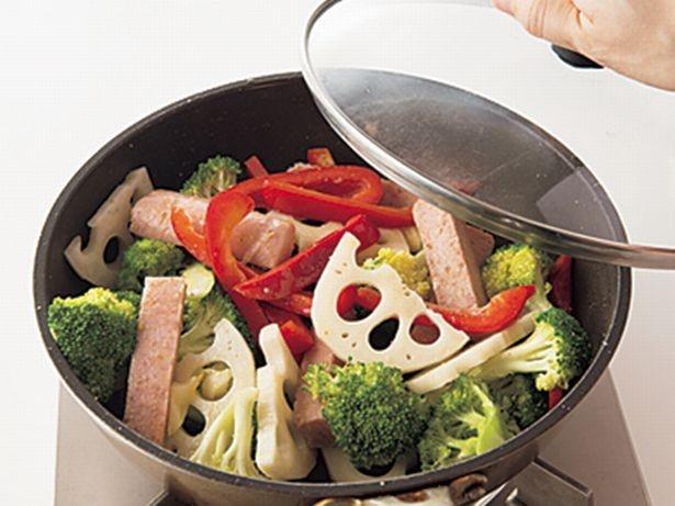 【写真を見る】ふたをしたら、野菜から出てくる水分だけで蒸し焼きにしていく。うまみがグッと増す