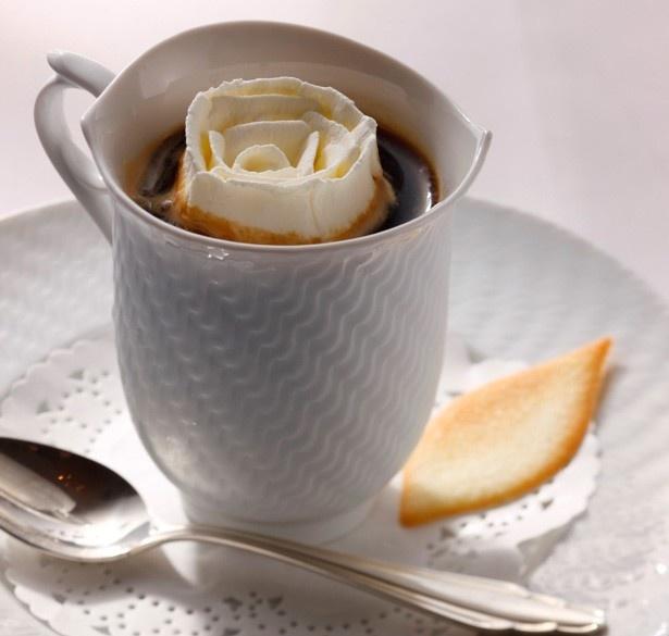 """通称""""薔薇コーヒー""""と呼ばれる「ウインナーコーヒ」(1000円)/デザートカフェ 長楽館"""
