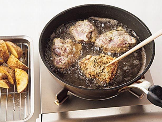 【写真を見る】先にじゃがいもを揚げてから肉を揚げると油が汚れなくてすむ