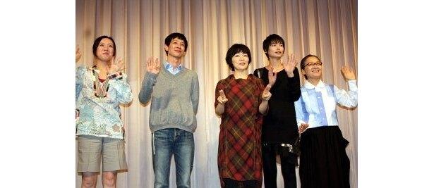 元気いっぱいに手をふる5人。左が大森美香監督