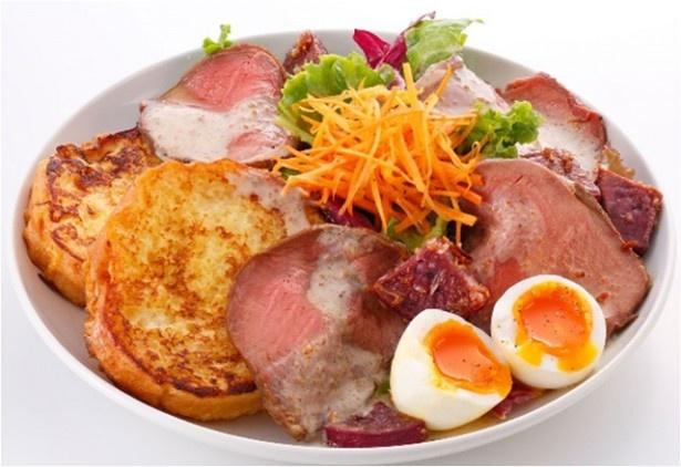 「ローストビーフサラダ」フレンチトースト2枚1950円(税抜)、フレンチトースト1枚1700円(税抜)。肉も野菜も一皿で大満足のボリューム