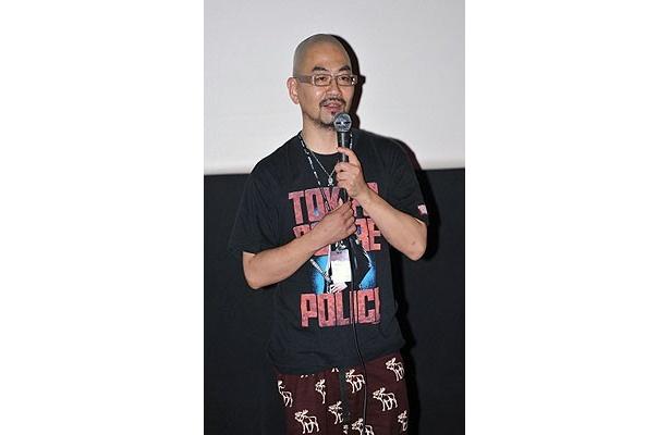 舞台挨拶に登場した西村監督。『東京残酷警察』のTシャツ姿でしっかり前作もアピール