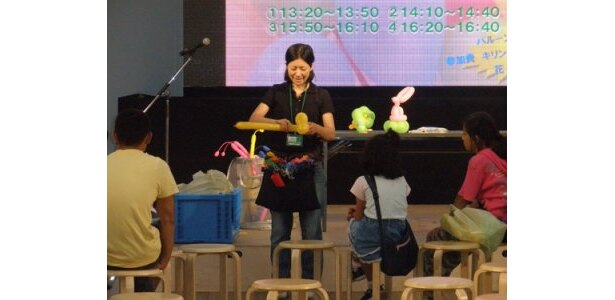 ステージではバルーン教室を開催。バルーンでキリンを作れます(体験料¥50)。開催時間は現地でご確認を