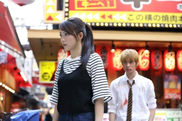 【写真を見る】知英は焼き肉店でアルバイトをする韓国人女性・ジヒョンを演じる