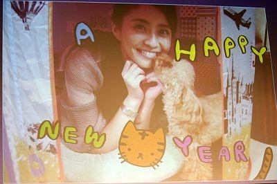 愛犬とチュッ!キュートな小林麻央の自作年賀状