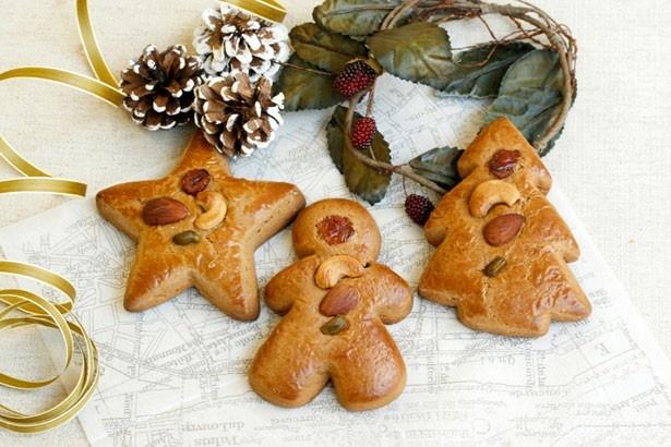 【写真を見る】スパイスや黒砂糖シロップを使い、焼き上げたクッキー「レープクーヘン(天使・ツリー・星)」(各260円)