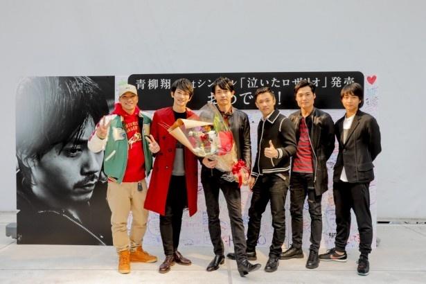【写真を見る】町田啓太ら劇団EXILEの人気メンバーがサプライズで駆け付け、青柳翔もビックリ!