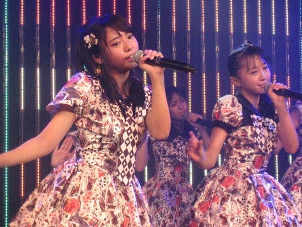 『僕はいない』を歌う山田寿々(左)・山本彩加(右)
