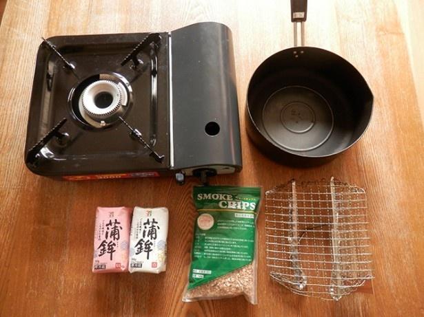 【写真を見る】(写真A)用意するものは、カセットコンロと、鍋、焼き網、そしてかまぼこだけ。お手軽です