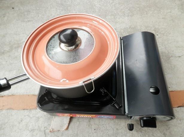 (写真D)10分くらいスモークします。鍋の中は煙でいっぱい、いい香りもしてきたよ!