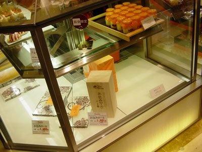 「モンシュシュ」のロールケーキや阪急うめだ本店限定のチョコレートケーキなど新作も1時間ほどで売切。後で午後に追加販売された)