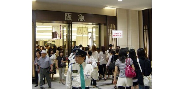 「阪急うめだ本店」入口前。来店者を誘導する店員、警備員が多数