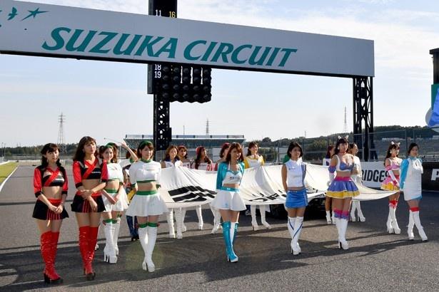 レース開始前、レースクイーンによるグリッドパレード