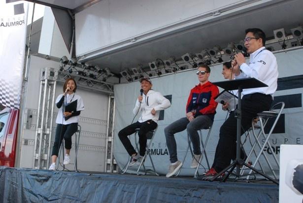 関口選手、バンドーン選手を迎えてのトークショー(写真左・水村リア、写真右・ピエール北川)