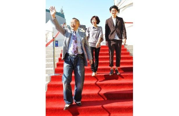 大喜びでレッドカーペットを歩く笑福亭鶴瓶(手前)、西川美和監督(奥左)、瑛太(奥右)