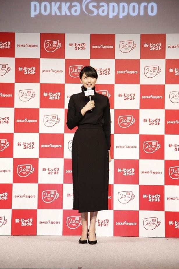 【写真を見る】新CM発表会にシックな黒のロングワンピースで登場した榮倉奈々さん