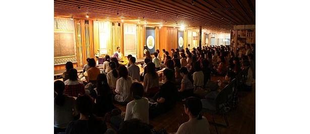 青山の一角にある「カフェ Hy's」で「高野山カフェ」を開催。写真は地下で行っている瞑想のようす