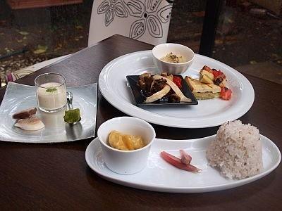 「高野山精進ランチ」(右手前・奥1260円)と、「高野山ごま豆腐スイーツ 胡麻豆腐とパッションフルーツのピュレ」(左¥420)