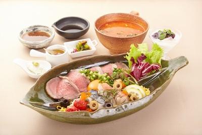 """【写真を見る】王者の友部SA(上り)は、茨城の魅力いっぱいの食材を使った「""""茨城を食べつくそう第3章""""アロエ丼 ~茨城の最上で希少なおもてなし~」(1500円)を用意"""