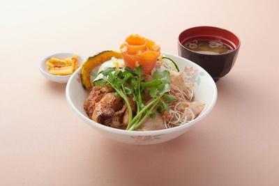 上河内サービスエリア(上り線)が提供する「うんめぇ~!笑顔の絆丼」(980円)
