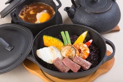 「前沢牛」の肉の甘味と、三陸産の魚介の潮の香りが味わえる、前沢サービスエリア(下り線)の「味楽(三楽)」(1,180円)