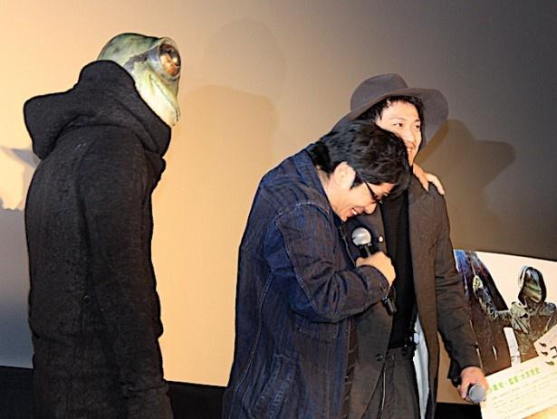 【写真を見る】小栗旬の突然の登場に大友啓史監督がびっくり!小栗の肩を抱いて喜んだ
