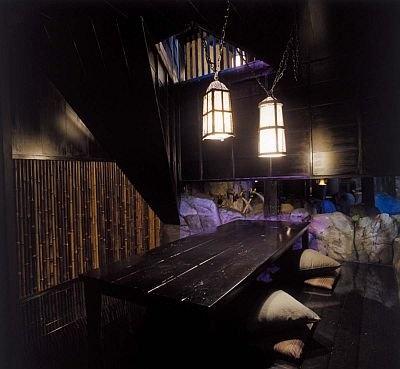 戦国時代の忍者屋敷をイメージし、石造りの壁や鉄格子などを配する店内