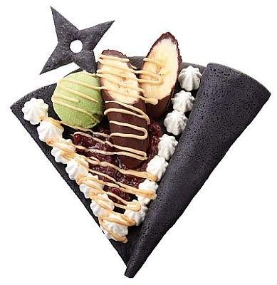 忍者クレープ「黒包 萬川集海 別巻之弐」(¥480)は、きな粉やバナナなどを武包みを練りこんだ黒いクレープ生地で包んだもの