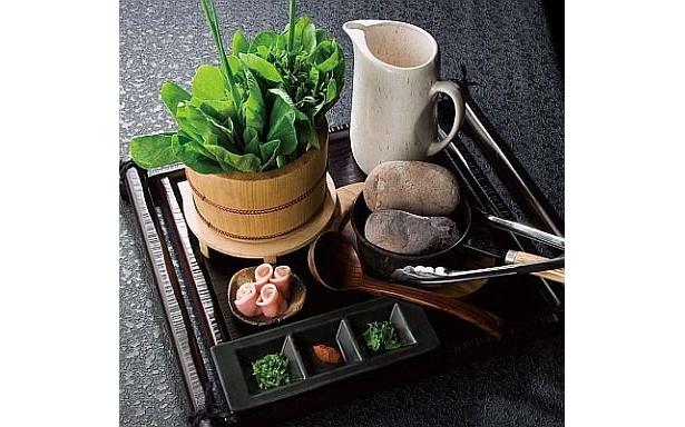 「名物 灼熱投石鍋 葉隠れ之術」(¥850、2人前〜)。熱した石をスープに入れて一気に沸騰させるユニークな鍋だ