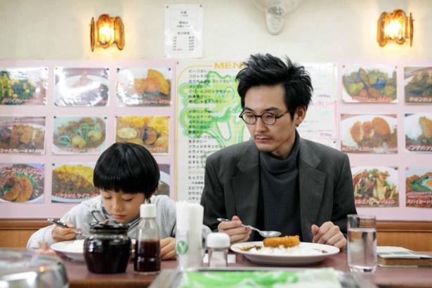 雪男(大西利空)の家に居候しているおじさん(松田龍平)