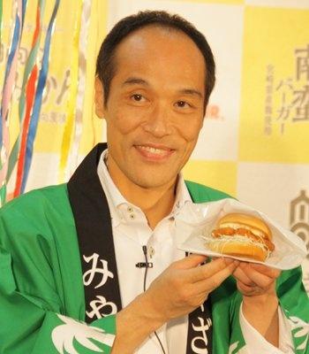 モスフードサービスと宮崎県が共同で商品開発を目指す「チームみやざき」の結成祝賀会に参加した宮崎県の東国原知事