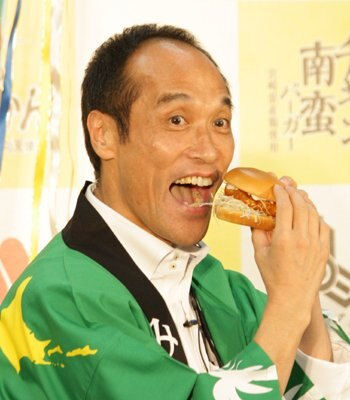 大口開けてハンバーガーをかぶりつく東国原知事