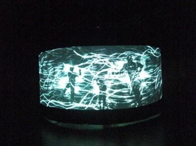 幻想的な光の中に、躍動感あふれるシルエットが浮かび上がります
