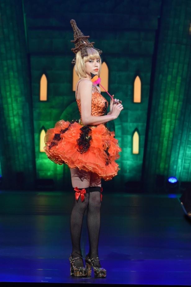 """【写真】8頭身モデルで女優の三吉彩花もセクシーな美脚を披露!""""絶対領域""""がまぶしい!!"""