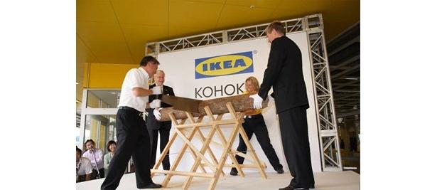 2006年9/15、IKEA港北のオープニングで実施された「丸太切り」
