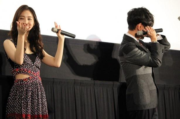 本作の舞台が沖縄ということから、沖縄民謡のカチャーシーを踊る佐々木希と、「恥ずかしい」と顔を隠すイェソン(写真右)
