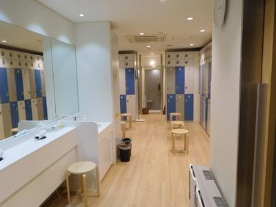 男子ロッカールーム。奥にシャワー施設が用意されている