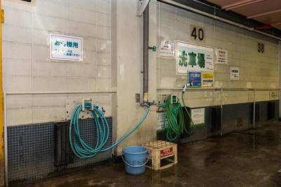 シャワーヘッドのついたホースが2本、バケツ1個、そして屋根の洗車に便利なビールケースの足場が常設