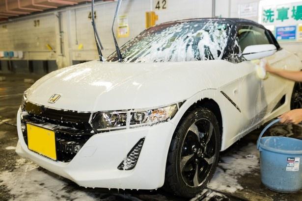 自宅からカーシャンプー等の洗車用品を持ち込めば、駐車料金のみで、このような本格的な洗車が可能だ
