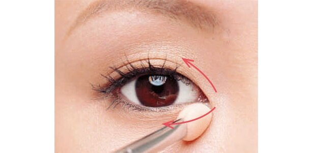 目頭側をハイライトで囲みます。入れる目安は黒目のあたりまで。鼻の影を、Tゾーンと目頭のハイライトではさみこんで強調して自然な立体顔に