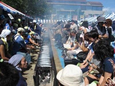 駅の反対側で行われる「目黒のさんま祭」も見逃せない!