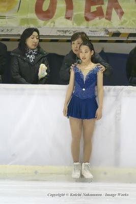 三原舞依、近畿ブロックにて、演技前の表情。中野園子コーチにアドバイスを受ける