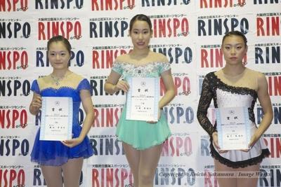 近畿ブロック、シニア女子の表彰式。1位、三原舞依(中央)、2位、籠谷歩未(左)、3位、森下実咲(右)